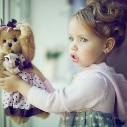 Пазл онлайн: Девочка с мишкой