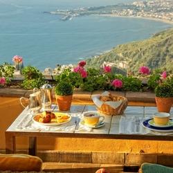 Пазл онлайн: Завтрак с видом на море