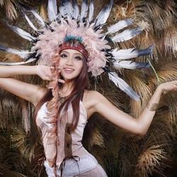 Пазл онлайн: Девушка с перьями