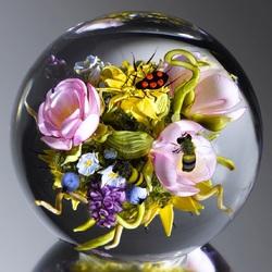 Пазл онлайн: Растительный мир внутри стеклянного шара