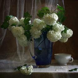 Пазл онлайн: Белые цветы в синей вазе