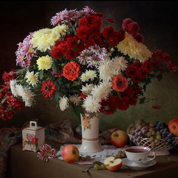 Пазл онлайн: С букетом осенних цветов