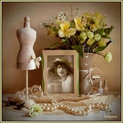 Пазл онлайн: Натюрморт с украшениями и цветами
