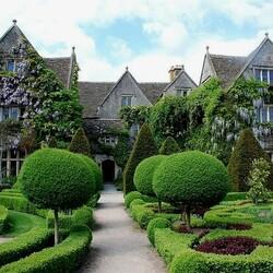 Пазл онлайн: Дом в зелени глициний