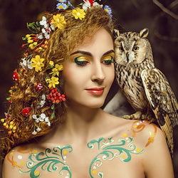 Пазл онлайн: Девушка в венке и совой на плече