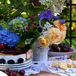 Пазл онлайн: Натюрморт с цветами, тортом и ягодами
