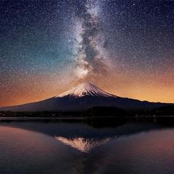 Пазл онлайн: Млечный Путь над горой Фудзи