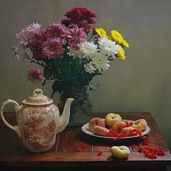 Пазл онлайн: Натюрморт с хризантемами и фруктами