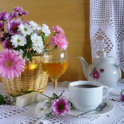 Пазл онлайн: Цветы и чай