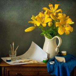 Пазл онлайн: Натюрморт с лилиями и красками
