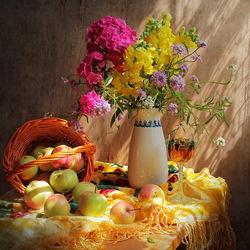 Пазл онлайн: Натюрморт с цветами и яблоками