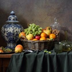 Пазл онлайн: Большой классический натюрморт с фруктами и делфтской вазой