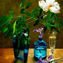 Пазл онлайн: Цветы в синем стекле