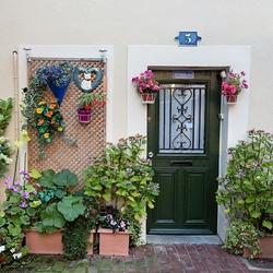 Пазл онлайн: Цветочный дворик