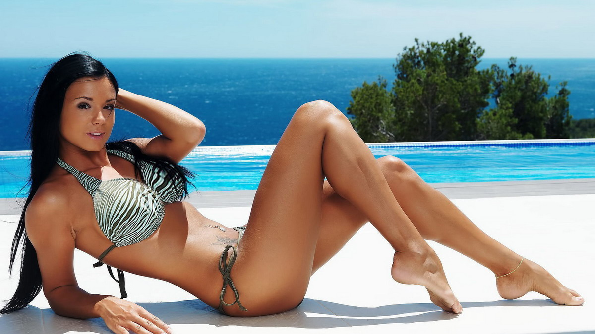 Фото девушка брюнетка на пляже в красивом купальнике, Без купальника девушки и женщины - красивые 4 фотография