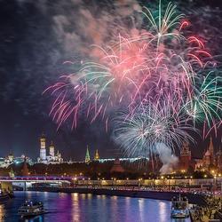 Пазл онлайн: Москва праздничная. Салют