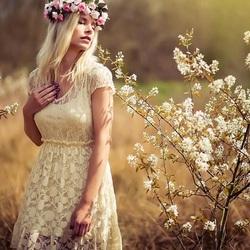 Пазл онлайн: Весна и девушка