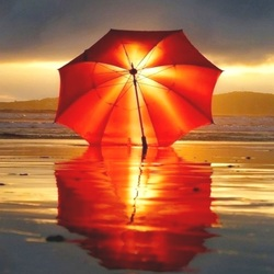 Пазл онлайн: Красный зонтик и закат