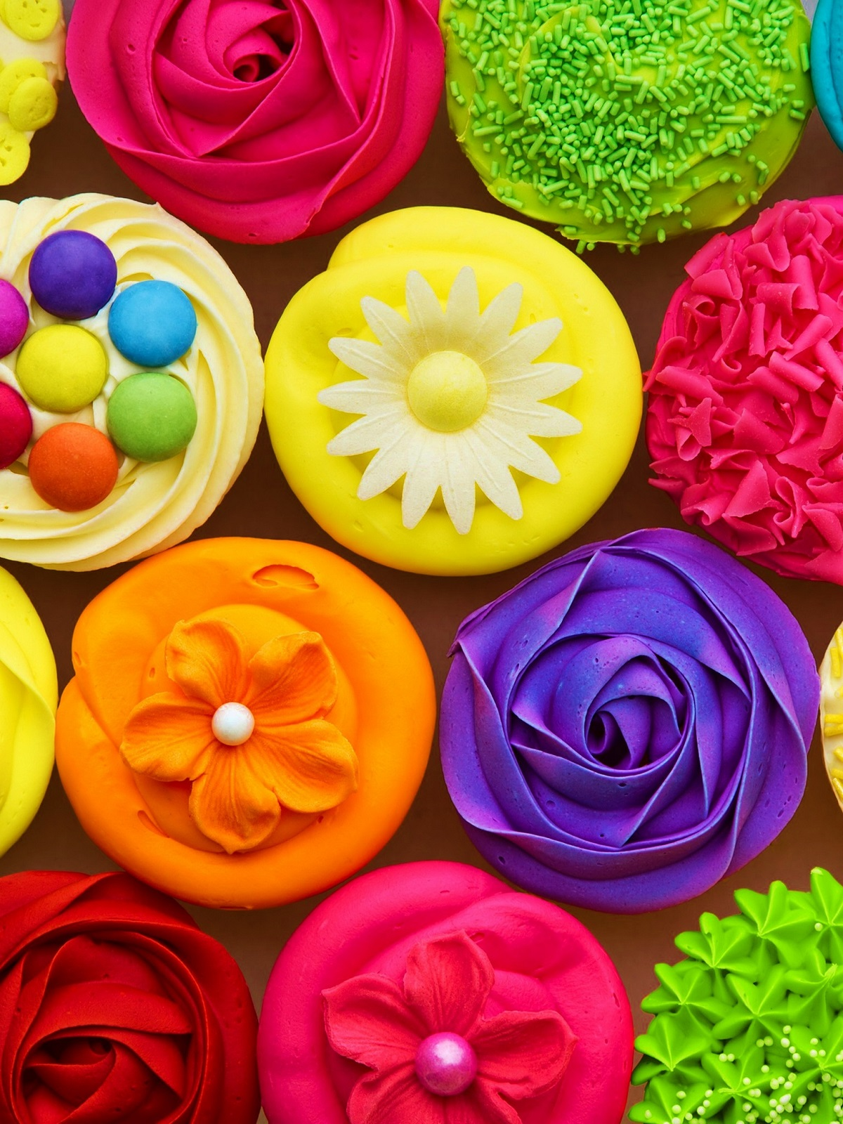 Как сделать яркие цветы из гофрированной бумаги