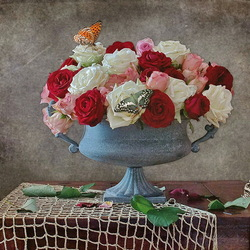 Пазл онлайн: Розы и бабочки