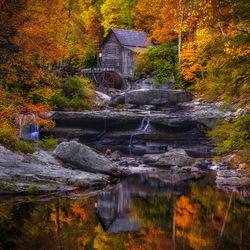 Пазл онлайн: Старая мельница в осеннем лесу