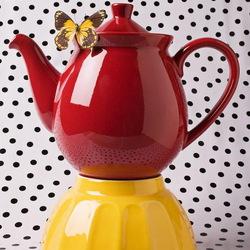 Пазл онлайн: Красный чайник и бабочка