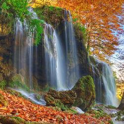 Пазл онлайн: Осенний водопад