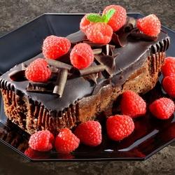 Пазл онлайн: Пирожное с малиной