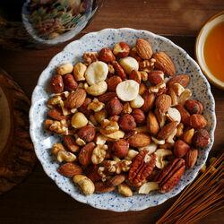 Пазл онлайн: Блюдо с орехами
