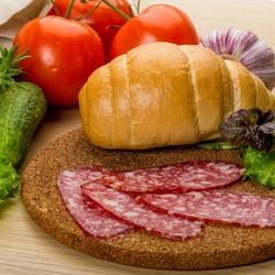 Пазл онлайн: Колбаска и овощи