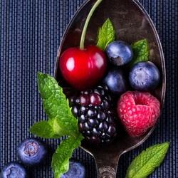 Пазл онлайн: Ложка ягод