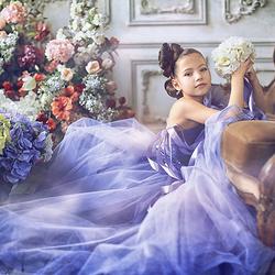 Пазл онлайн: Девочка в голубом платье