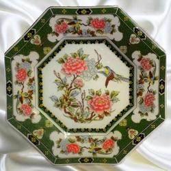 Пазл онлайн:  Фарфоровая декоративная тарелка с японскими мотивами.