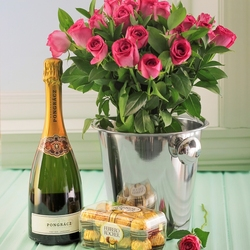 Пазл онлайн: Шампанское, цветы и конфеты