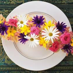 Пазл онлайн: Цветы на тарелке