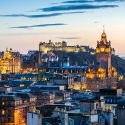 Пазл онлайн: Рассвет над Эдинбургом