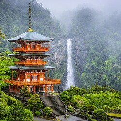 Пазл онлайн: Пагода Сейгантодзи и водопад Начи-но-таки