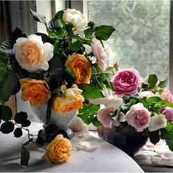 Пазл онлайн: Цветы на подоконнике