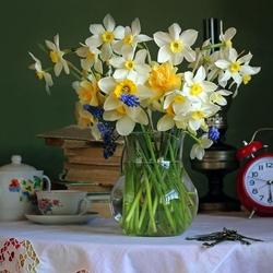 Пазл онлайн: Нарциссы в вазе
