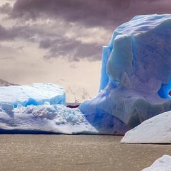 Пазл онлайн: Голубая ледяная скала