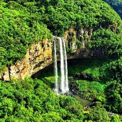 Пазл онлайн: Водопад в зеленом окружении