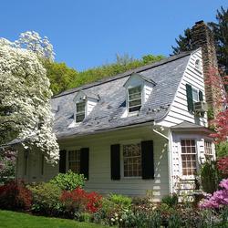 Пазл онлайн: Белый дом в весеннем саду