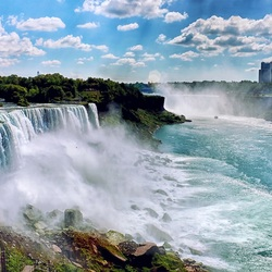Пазл онлайн: Прогулка к водопаду