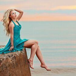 Пазл онлайн: Девушка в голубом платье