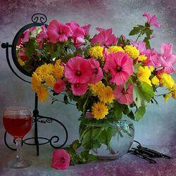 Пазл онлайн: Букет цветов с бокалом вина