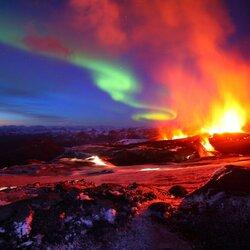 Пазл онлайн: Извержение вулкана и северное сияние