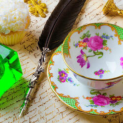 Пазл онлайн: Чашка, перо и чернильница