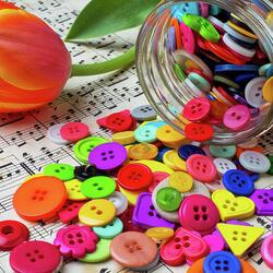 Пазл онлайн: Пуговицы и тюльпан