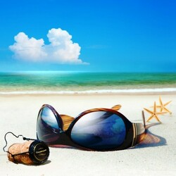 Пазл онлайн: Очки на песке
