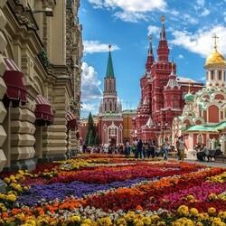 Пазл онлайн: Цветы у ГУМ